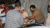 ঠাকুরগাঁওয়ে রাতের আধারেও খাদ্য সামগ্রী বাড়িতে বাড়িতে পৌঁছে দিচ্ছেন জেলা প্রশাসক